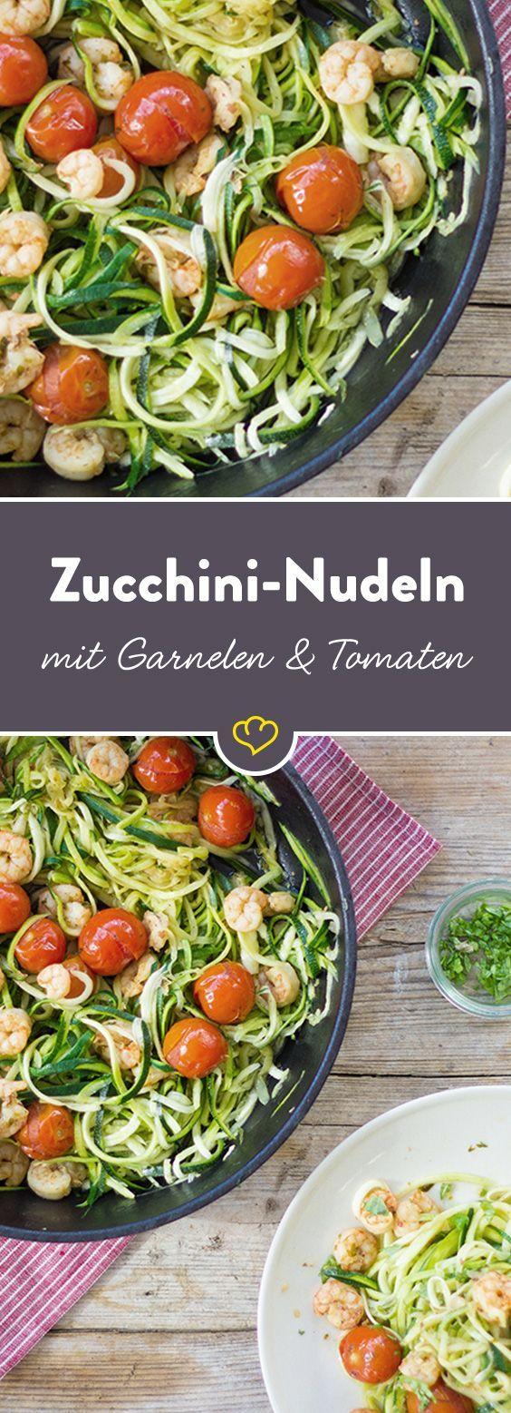 Mit Zucchini-Nudeln verzichtest du auf Kohlenhydrate, aber nicht auf Geschmack! Dafür sorgen aromatische Kirschtomaten und zarte Garnelen.