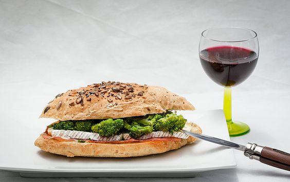 Sandwich au brocolis, Brie de Meaux et jambon serrano // Broccoli, Brie cheese and jamon serrano sandwich