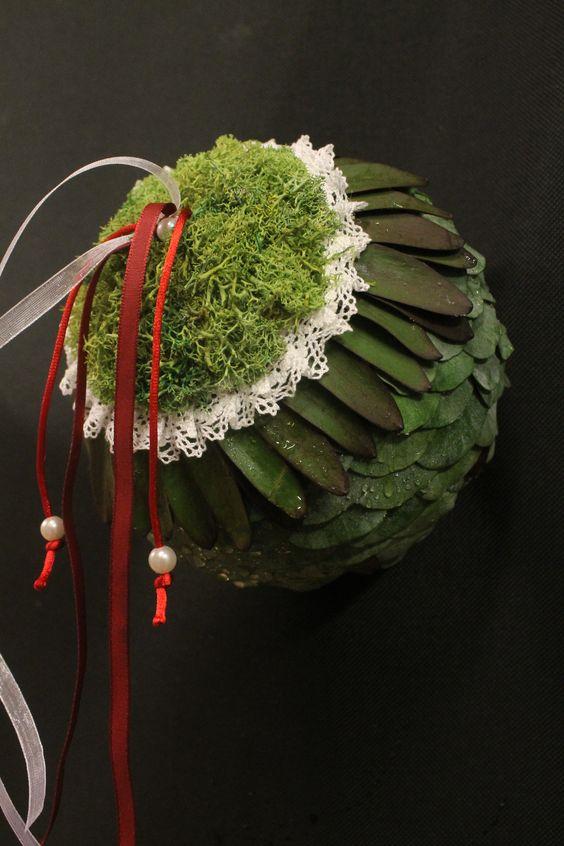 bola con texturas de eucalipto, leucadendro y musgo polar..