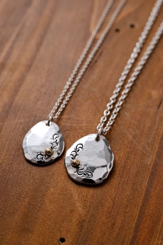 ふき玉という銀の塊を、笹吹きと呼ばれる小さな銀の塊を溶かして作り  それを一点一点ハンマーで叩きのばしてベースを作っております。 そこに金の飾りを付け、唐草を...|ハンドメイド、手作り、手仕事品の通販・販売・購入ならCreema。
