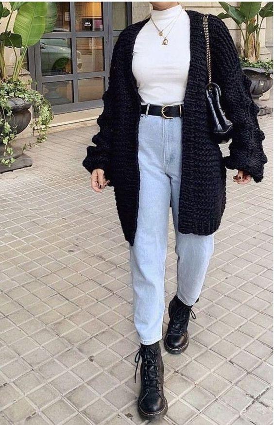 Look com calça jeans e coturno elegante
