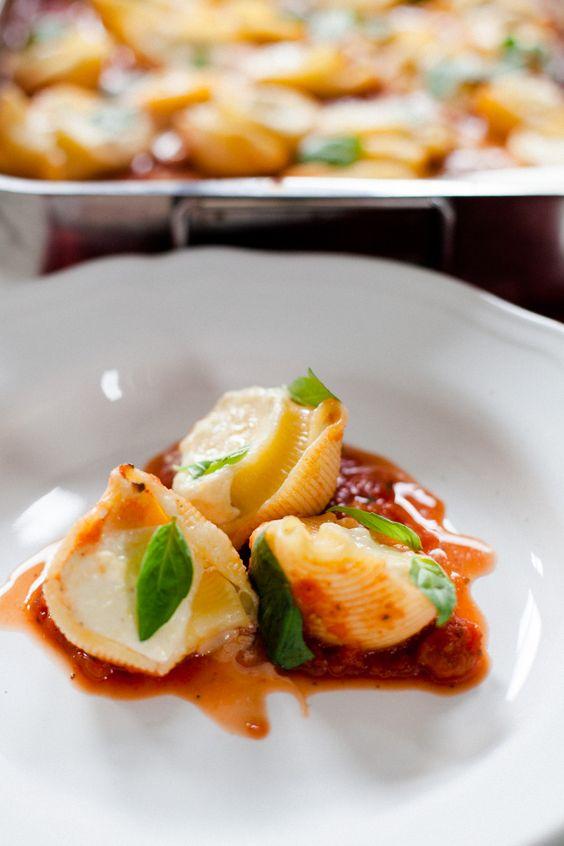 Pasta mit Zitronenricotta-Füllung und Tomatensauce.