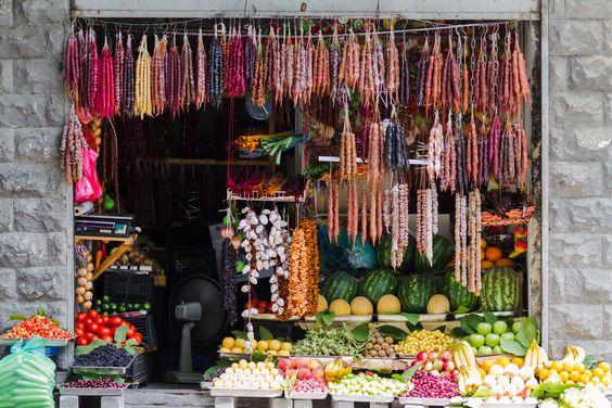 Gürcistan'ın meşhur Khachapuri ve Khinkali'sinden siz de yapmak isterseniz ziyaretiniz sırasında yöresel baharatları ve ürünlerini bulabileceğiniz marketlere uğramayı unutmayın.