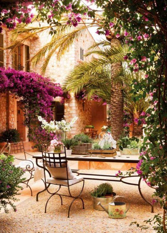 décoration de terrasse avec des bougainvillées et un mobilier en fer: