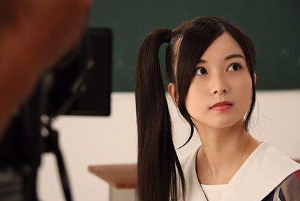 横で髪を結ぶ佐々木琴子