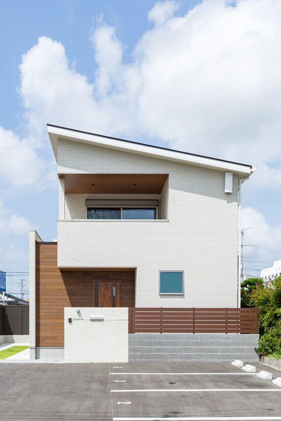 片流れ屋根と水平 垂直ラインを組み合わせたシンプルな外観 白色の