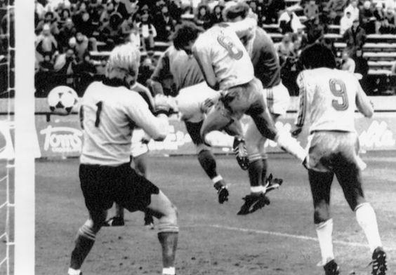 Copa de 1978 - Contra a Suécia, Zico (camisa oito) marca gol de cabeça após escanteio, mas árbitro anula alegando fim do jogo