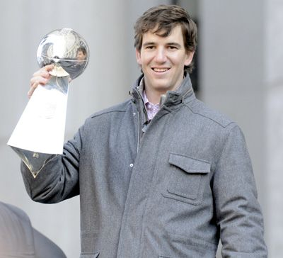 Giants QB Eli Manning shows off Super Bowl trophy at victory parade