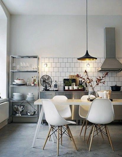 Cementen dekvloer en witte tegel: open keuken met industriële ...
