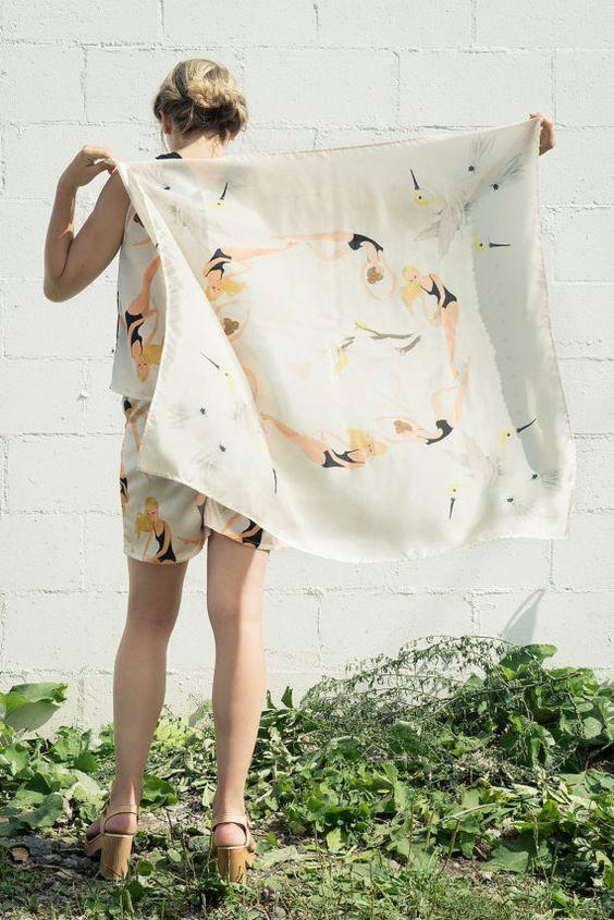 Foulard de soie avec imprimé exclusif des baigneuses, créé en collaboration avec lartiste Paule T.B.  Dimensions: 36 X 36 pouces.  Composition 100% soie (laver à leau froide, presser à basse température et la soie deviendra extra douce).  Cousu à la main, sur mesure.