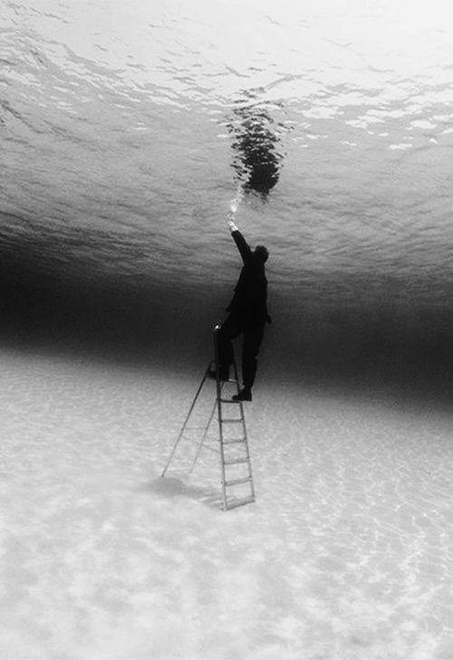 水中の梯子のモノクロ・白黒写真の壁紙