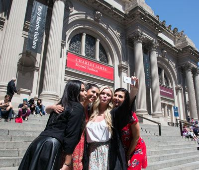 The official Gossip Girl Sites Tour visits over 40 New York City locations used in filming the hit TV series. Live a day in the life of Gossip Girl in NYC!