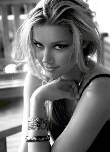 Amber Heard http://pt.wikipedia.org/wiki/Amber_Heard (Amber Heard, one of my girl crushes by Ra: Thx!).