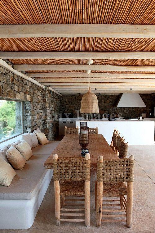 Interior de cocina exterior con peque a ventana en el for Decoraciones rusticas para patios