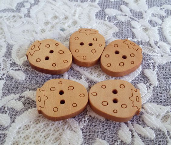 5 Decorative wooden buttons strawberries buttons by Rocreanique