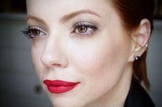 Julia Petit maquiagem simples com batom vermelho