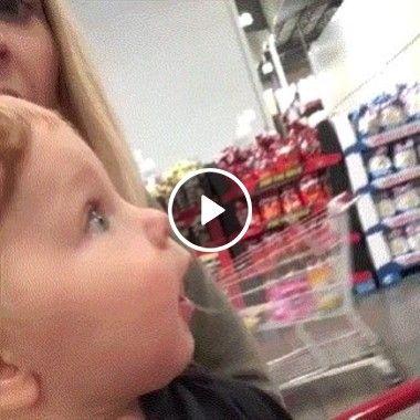 Bebê vê um monte de brinquedos e fica impressionado.