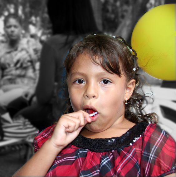 Valeria  Niña comiendo chupeta