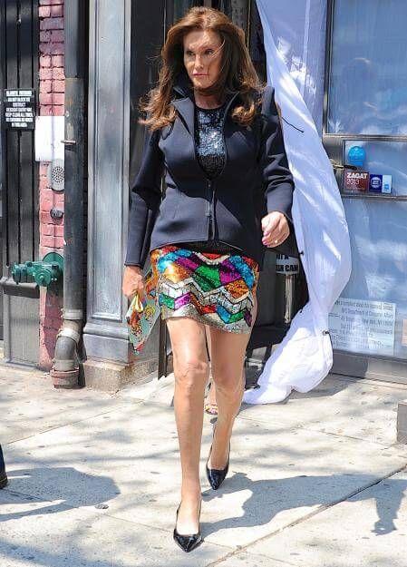 """Als Frau hat man bei der Kleiderwahl eben immer mehr Auswahl und mehr Spaß. Das genießt jetzt auchCaitlyn Jenner. Die schicke Dame spaziert auf diesem Foto aus dem Laden der """"SATC""""-Stylistin Patricia Field. Und wir sind uns sicher: Auch Carrie Bradshaw würde diesen Glitter-Look lieben."""