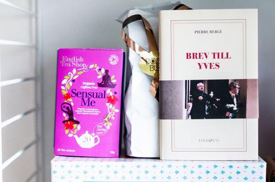 Brev till Yves (här) är en sagolik liten bok. Boken består av brev skrivna till Yves Saint Laurent från hans livspartner Pierre Bergé.Ta fram näsdukarna och var förbered på att du får torka en tår eller två. När Yves dör lämnas Pierre kvar med sorg, kärlek, ilska och förtvivlan. Läs mer på bloggen www.fridagsvensson.se