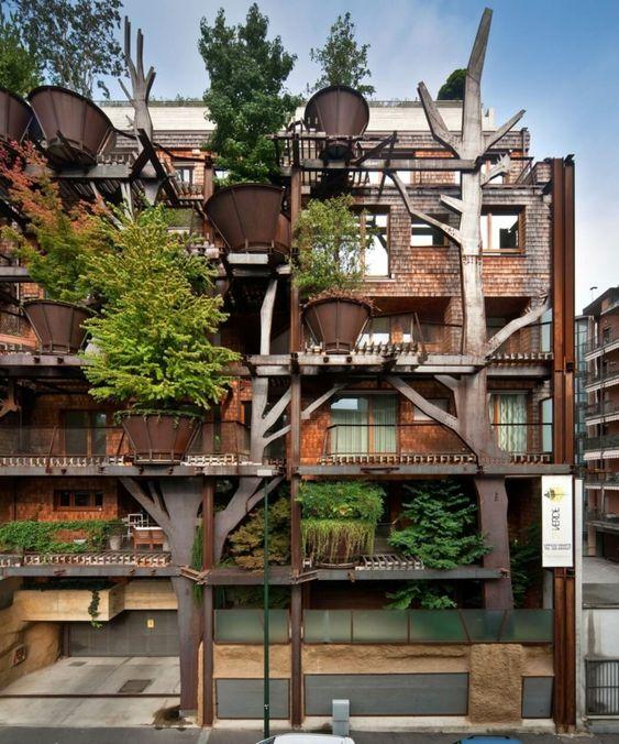 Immeuble construit en bois aux nombreux arbres verts