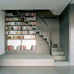 Les marches des escaliers qui se découpent devant la bibliothèque... Très design.