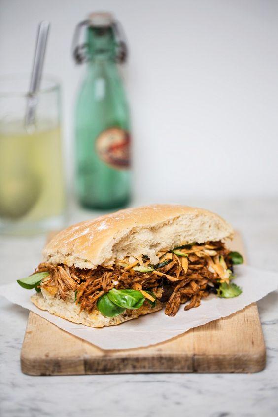 Pulled Pork Sandwich mit Möhrensalat  | Zeit: 35 Min. | http://eatsmarter.de/rezepte/pulled-pork-sandwich-mit-moehrensalat