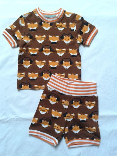 T-shirt en korte broek van bruine coole vosjes tricot met oranje gestreepte boorden.
