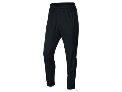 I pantaloni della tuta meglio se sono dritti e senza elastico sul fondo perché allungano e snelliscono la figura. questi sono un esempio della Nike