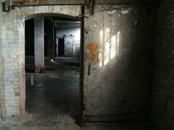 Gallery: Canada Linseed Oil Mills Ltd. > lsd trip 2006 > Big door. - Urban Exploration Resource