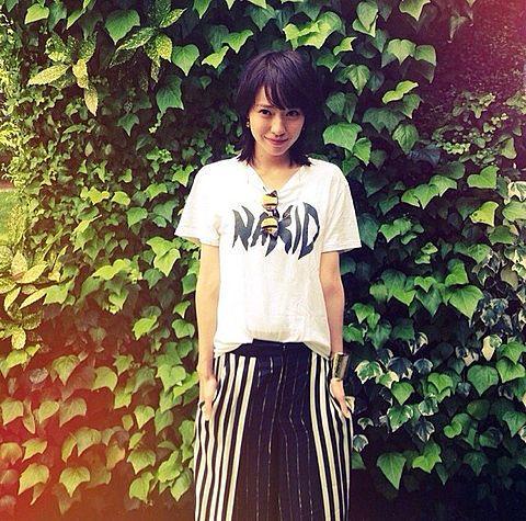 Tシャツを着てカジュアルな格好の戸田恵梨香