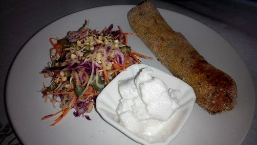 Croquete de trigo sarraceno com abobora e salada mix de nabo, jicama, cenoura, repolho roxo e germinados. Buckwheat n pumpkin croquettes with mux salad (carrot, red cabbage, dsikon, jicama) #yumuniverse.