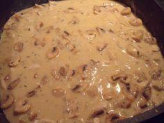 Das perfekte Geschnetzeltes mit Frischkäse-Rezept mit einfacher Schritt-für-Schritt-Anleitung: Zwiebel fein hacken und in etwas Öl anschwitzen. Fleisch…