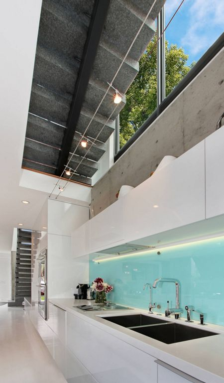 Schaffen Sie mit einer Glasrückwand einen Blickfang. Wir bieten Ihnen Rückwände in allen Farben und Größen. http://www.granit-deutschland.net/glasrueckwaende-kueche-pflegeleichte-glasrueckwaende