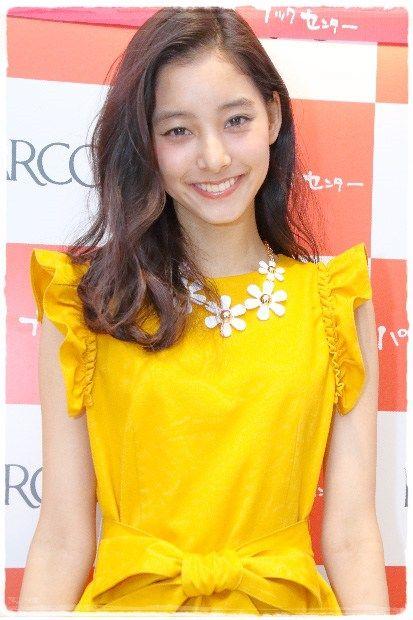 黄色の服が似合う新木優子さん