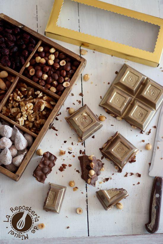 Turrón de Chocolate y Avellanas ( Receta en el blog ) Un turrón original, diferente y hasta divertido …. dale a tú tableta un toque de maquillaje y verás que guapa sale … jajajajaja http://www.lareposteriademiguel.com/2015/11/turron-de-chocolate-y-avellanas.html