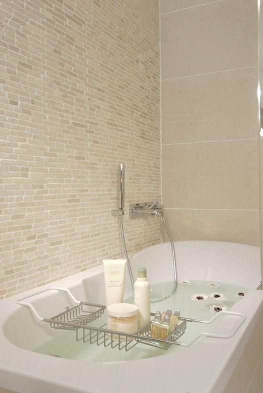 Wohlfühlbad von stein und ambiente. Wandverkleidung Ibis White aus Marmor.
