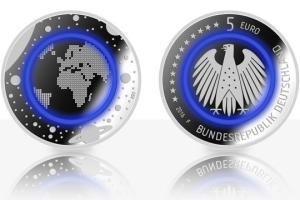 Blau leuchtende Euro-Münzen mit einem Polymer-Ring in der Mitte