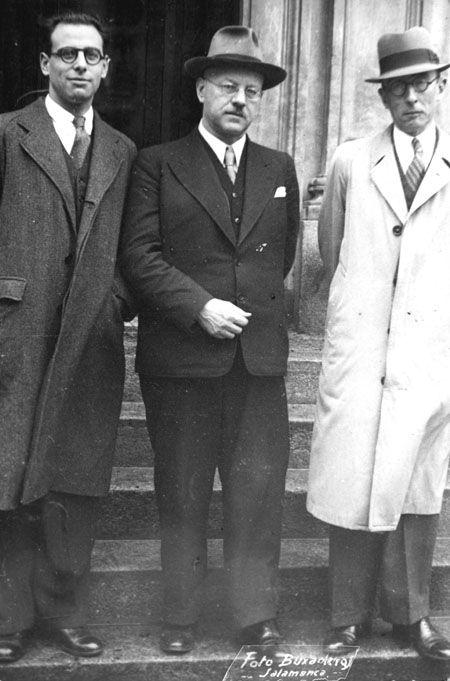 Ramos Loscertales (derecha) junto con Antonio Tovar y el rector de la Universidad de Berlín durante el VII Centenario de la Universidad de Salamanca