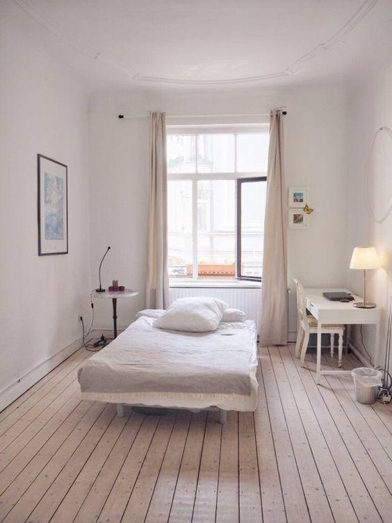 Wunderschönes kleines WG-Zimmer in weiß mit hellen Dielen und weißen Möbeln.  WG-Zimmer in Hannover.  #WGZimmer #Hannover