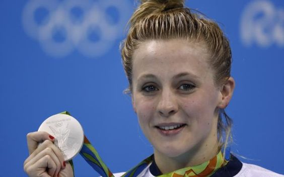 Siobhan-Marie O'Connor shows off her silver medal in Rio. Women's 200m individual medley