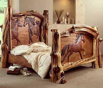 Cama de madera tallada.