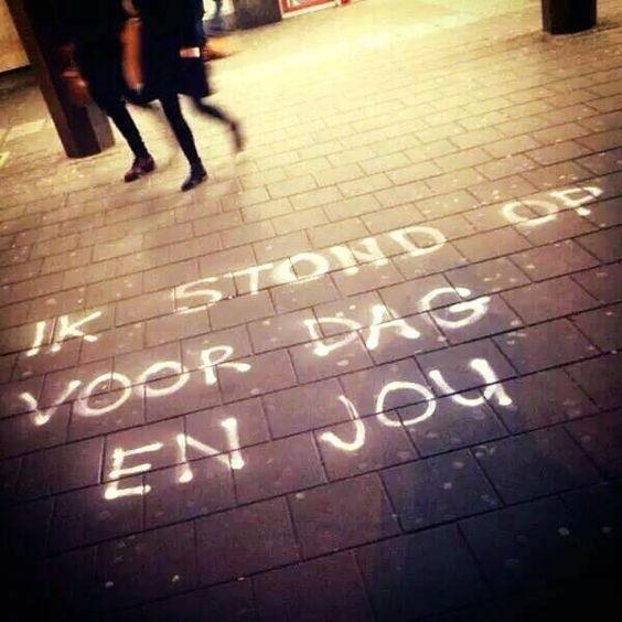 Liefde is: Vroeg opstaan om je liefste naar de trein te brengen.