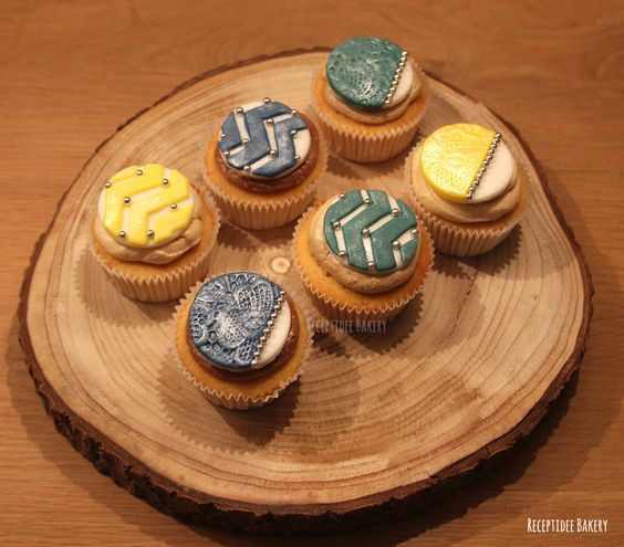 Cupcakes 🎈 🎈 Salted caramel, pure chocolade en cappucino  http://bakery.receptidee.nl  #homemade #cupcakes #fondanttopper #createyourowncupcake #chocolate #purechocolade #saltedcaramel #cappucino #birthdaycupcakes #verjaardag #birthday #merenguebotercreme #vanillecupcakes