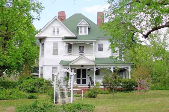 Victorian style 4 bedroom 2 bath with formal living and for Custom victorian homes
