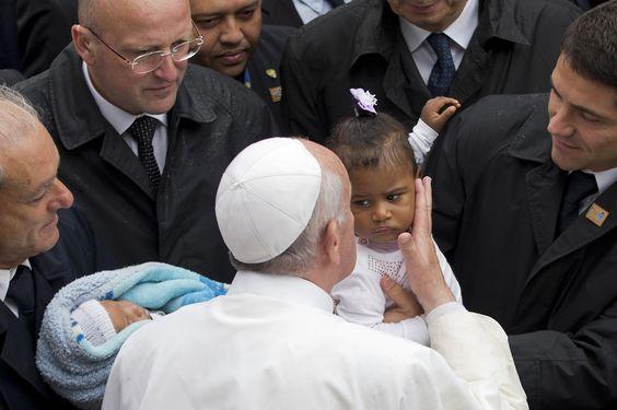 El Papa Francisco besa a una pequeña niña durante su visita a la favela Varginha en Rio de Janeiro, en donde se encontró con fieles católicos de los sectores mas desfavorecidos de la sociedad brasileña. (AP)