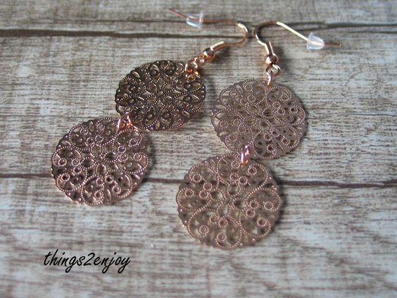 Tolle Ohrhänger bestehend aus zwei zarten Ornamenten aus Metall in rosegold. Sehr edel verarbeitet. Schlicht und elegant zugleich.