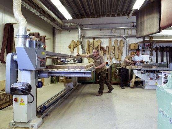 De langeband schuurmachine in de meubelmakerij van Kees Verhouden Meubelen
