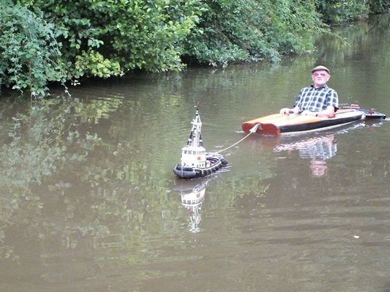 Last Monday UK-based Mick Carroll was passing through the town of Market Drayton when he spotted an unusual sight - a man cruising down the canal with the help of a tiny remote-controlled tug boat.