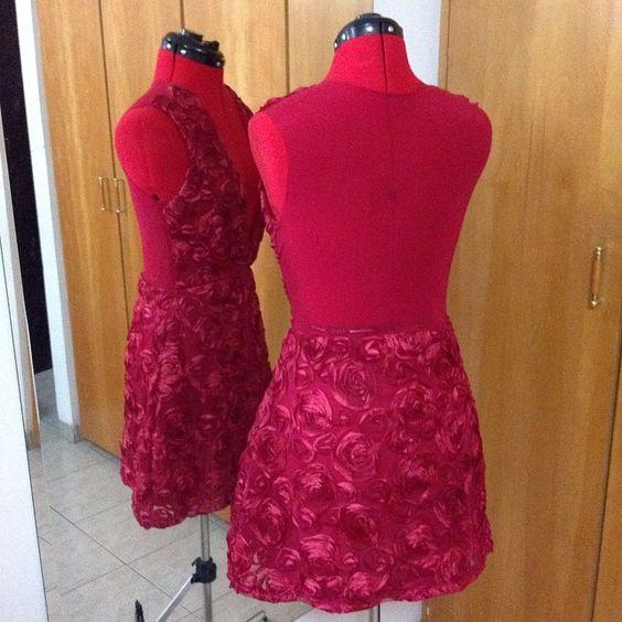Processo de criação do Vestido Rose, criado exclusivamente pela nossa estilista Bruna Baraldi! #vestido #atelie #ateliechicboom #chic #brunabaraldi #estilista #modafesta #flores #tecido #vermelho